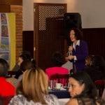 Interactuando con el público durante la conferencia Inteligencia de mercados en la era digital en San Salvador